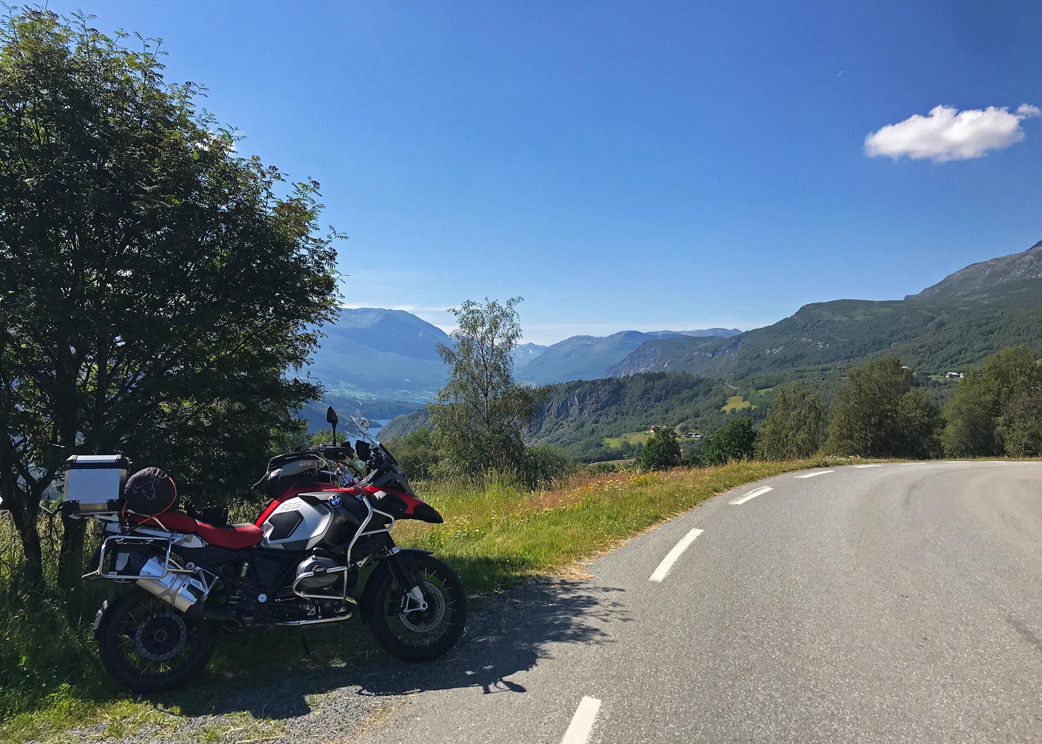 Towards Jotunheimen, riding along Hensåsvegen